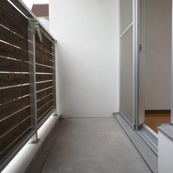 バルコニーは十分なスペースで※写真は3階の同間取り別部屋のものです。