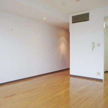 左に廊下、右にキッチン!※写真は3階の同間取り別部屋のものです。