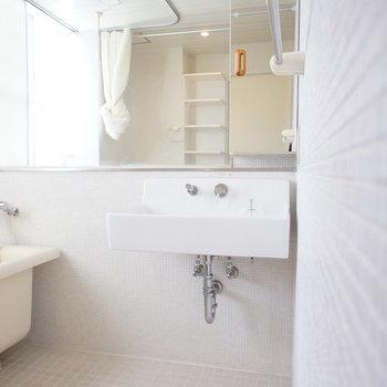 洗面台シンプル。※写真は3階の同間取り別部屋のものです。