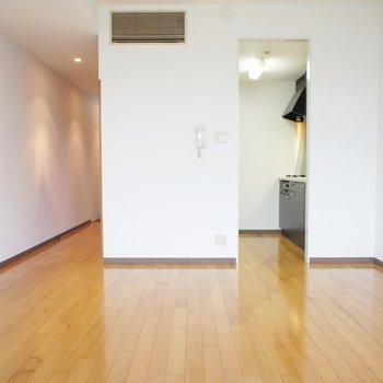 バルコニーから。シンプルでかっこいい※写真は3階の同間取り別部屋のものです。