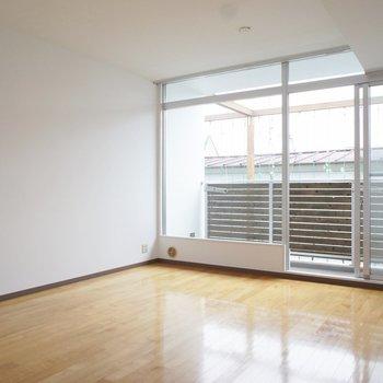 大きな窓の開放感。※写真は3階の同間取り別部屋のものです。