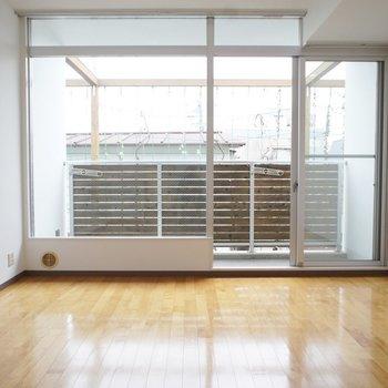 バルコニーの横格子柵が洒落感を演出※写真は3階の同間取り別部屋のものです。