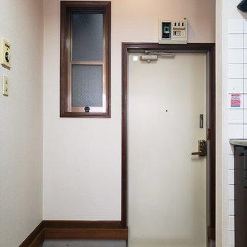 玄関には小さな窓が。