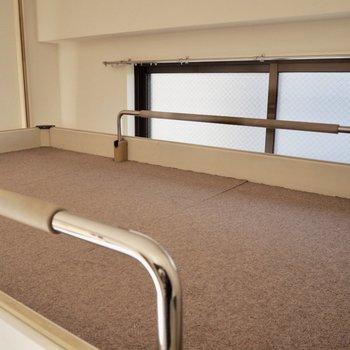 ベッドの色は白とよく合うブラウンです※写真は通電・クリーニング前のものです