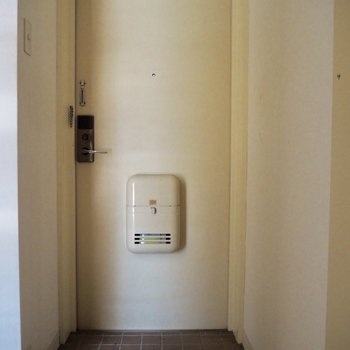 白い玄関ドアが迎えてくれます※写真は通電・クリーニング前のものです