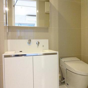 洗面台、トイレ※写真は7階の同間取り別部屋のものです。