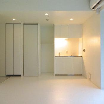 白を基調としたお部屋!※写真は7階の同間取り別部屋のものです。