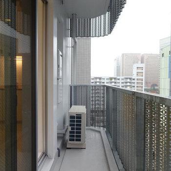角部屋。柵のデザインが面白い※写真は7階の同間取り別部屋のものです。