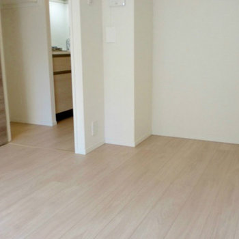 清潔感あふれるフローリング。※写真は1階の同間取り別部屋のものです。