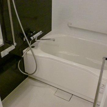ゆったり空間のバスルーム。浴室乾燥ついています。※写真は1階の同間取り別部屋のものです。