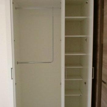 収納も十分なスペースです※写真は1階の同間取り別部屋のものです。
