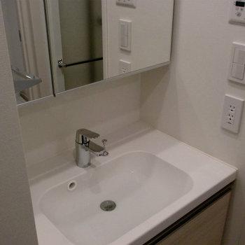 洗面台も広くて使いやすいです。※写真は1階の同間取り別部屋のものです。