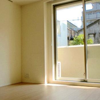 窓は東向きです。※写真は1階の同間取り別部屋のものです。