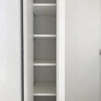 キッチン横にはスリムな収納も。(※写真は6階の同間取り別部屋のものです)