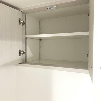 扉付きの棚は洗剤や細々したものをしまうのにピッタリ。(※写真は6階の同間取り別部屋のものです)