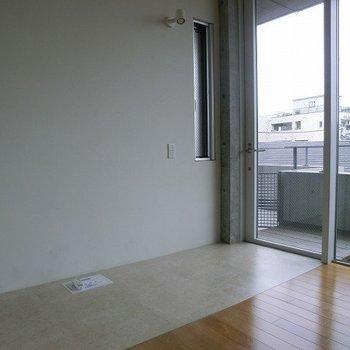 玄関の所は土間、他はナチュラルなフローリング。※写真は3階の同間取り別部屋のものです。