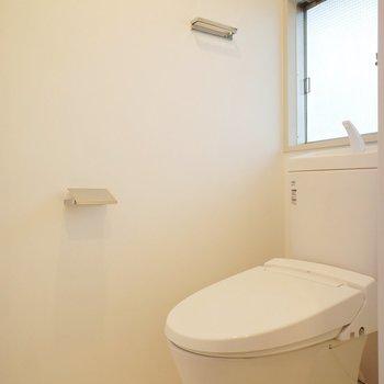 トイレにも窓です※写真は2階同間取り別部屋のものです