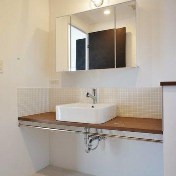 洗面台、デザインがいい!※写真は2階同間取り別部屋のものです
