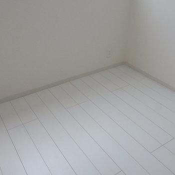 収納付きのベットを置いて。※写真は1階の同間取り別部屋のものです