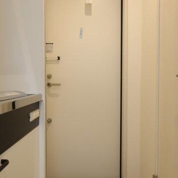 玄関はコンパクトに。※写真は1階の反転間取り別部屋のものです