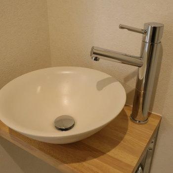 ちょこんと洗面台。※写真は1階の反転間取り別部屋のものです