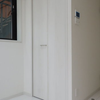 よく着るものはクローゼットかな。※写真は1階の同間取り別部屋のものです