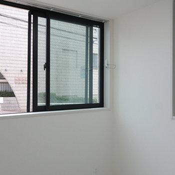 角部屋なので二面採光!※写真は1階の同間取り別部屋のものです