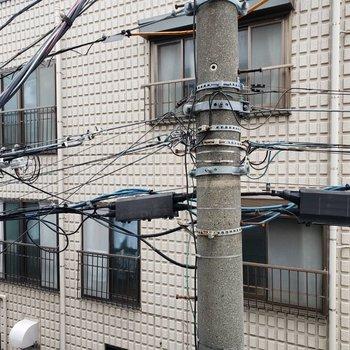 目の前は電柱です