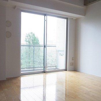 室内はシンプル。※写真は7階の同間取り別部屋のものです
