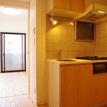 キッチンから洋室を眺める
