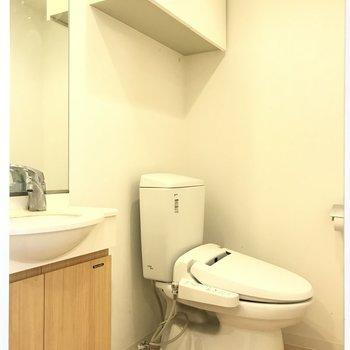 ウォシュレット付きトイレと洗面台