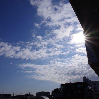 青空と朝日