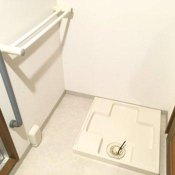 洗濯機置場のすぐ近くにはタオル掛けが!タオルがすぐ乾いて生乾き臭と、おさらば〜。