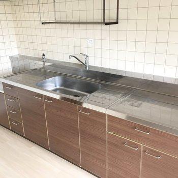 キッチンはシンクの両方に作業台が付いています。