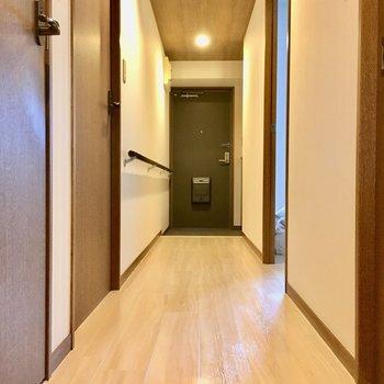 廊下には手すりが付いていて、怪我をしていても楽に歩けそうですね。