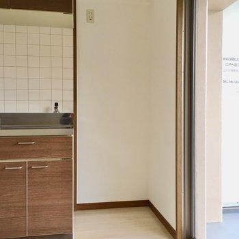 キッチン横に冷蔵庫置場ですね。
