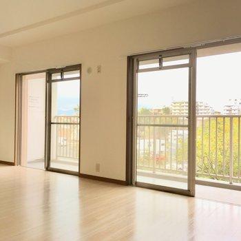 バルコニーには2面分の窓!西向きで、柔らかな光が差し込みます。