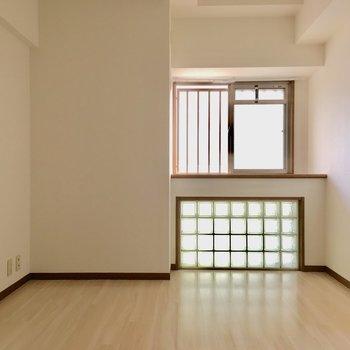こちらは6.7帖の洋室です。窓は出窓になっています。