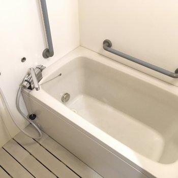 お風呂大きい!転倒しやすい場所なので手すりは多め。