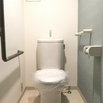 トイレはグレーのアクセントクロスで清潔感があります。