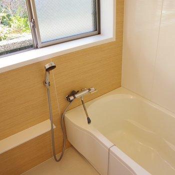 お風呂はゆったり。窓から緑が見えるんです。