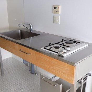 キッチンは簡素だけど良いデザイン! ※写真は2階の同間取り別部屋のものです。