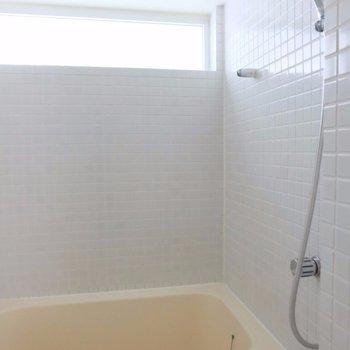 浴室乾燥付き! ※写真は2階の同間取り別部屋のものです。