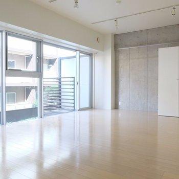 片面はすべて窓!※写真は2階の同間取り別部屋のものです。
