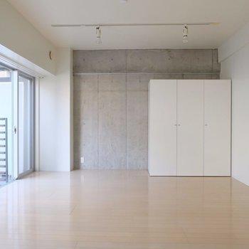 広々、明るく14畳!※写真は2階の同間取り別部屋のものです。
