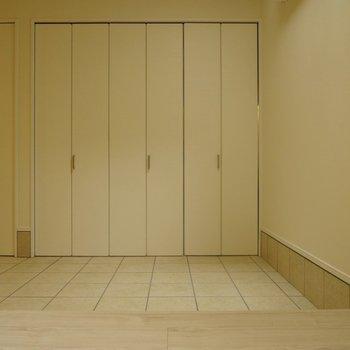 この扉を開けると・・・!※写真は同タイプの別室