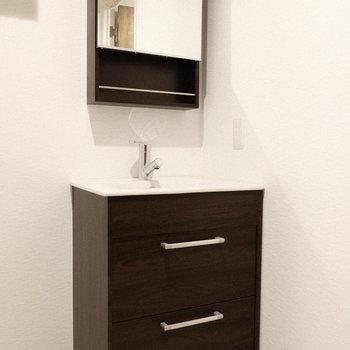 まるでドレッサーみたい。実はオシャレな洗面台。(※写真は1階の同間取り別部屋、工事中のものです。)