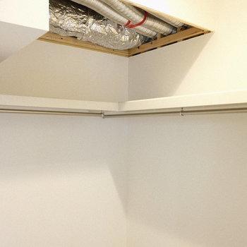 クローゼット中はハンガーラックが設置されています。(※写真は1階の同間取り別部屋、工事中のものです。)