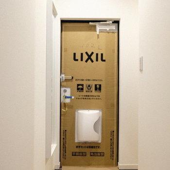 玄関扉はシンプルな白!(※写真は1階の同間取り別部屋、工事中のものです。)