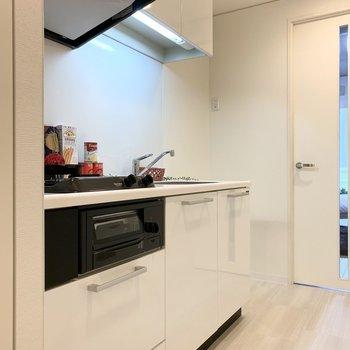 まずはキッチン。冷蔵庫スペースもしっかりありますよ。(※写真は7階の反転間取り、モデルルームのものです)